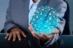 De Wereld van pictograminternet in de handen van een gegeven van de de technologie en communicatie van het zakenmannetwerk Ruimte royalty-vrije stock foto's