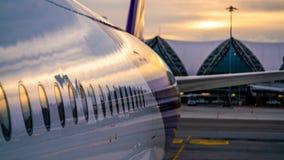 De Wereld van de de Vliegtuigenluchtvaart van het parkerenvliegtuig stock foto's