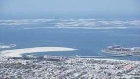 De Wereld of de Wereldeilanden zijn een kunstmatige archipel van diverse kleine eilanden die in de ruwe vorm van a worden geconst stock footage