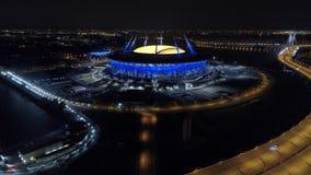 2018 de Wereldbeker van FIFA, Rusland, Heilige Petersburg, het stadion van Heilige Petersburg, Nacht, antennes stock videobeelden