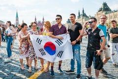 De Wereldbeker van FIFA van 2018 De ventilators van Korea met vlag en andere die toeristen op Rood vierkant worden gefotografeerd Royalty-vrije Stock Fotografie