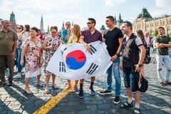 De Wereldbeker van FIFA van 2018 De ventilators van Korea met vlag op Rood vierkant wordt gefotografeerd dat Royalty-vrije Stock Afbeeldingen