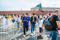 De Wereldbeker van FIFA van 2018 De ventilators van verschillende landen gaan naar het ventilatorgebied op het Rode vierkant Royalty-vrije Stock Foto's