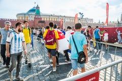 De Wereldbeker van FIFA van 2018 De ventilators van verschillende landen gaan naar het ventilatorgebied op het Rode vierkant Royalty-vrije Stock Afbeelding