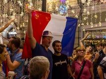 De Wereldbeker van FIFA De voetbalfans van verschillende landen vieren de overwinning van het Franse team in kampioenschap Royalty-vrije Stock Foto's