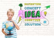 De wereldbol van de jongensholding met de kleurrijke creatieve grafiek van het conceptenidee Royalty-vrije Stock Afbeelding