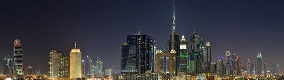 De Wereldhandelscentrum en Burj Khalifa van Doubai bij nacht Royalty-vrije Stock Afbeelding