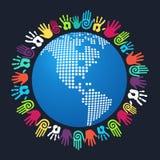 De wereldkaart van Amerika van de diversiteits menselijke hand Stock Foto