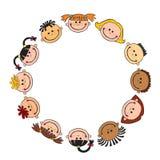 De wereldkinderen in een cirkeljonge geitjes glimlachen witte achtergrond Royalty-vrije Stock Fotografie
