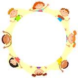 De wereldkinderen in een cirkeljonge geitjes glimlachen witte achtergrond Stock Foto's