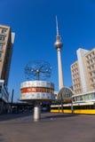 De Wereldklok (Weltzeituhr) in Alexanderplatz in Berlijn Royalty-vrije Stock Foto's