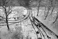 De werf is behandeld met de eerste sneeuw, de sporen van wielen en benen Mening van hierboven Royalty-vrije Stock Foto's