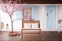 de werf met kers komt dichtbij het huis tot bloei stock afbeeldingen