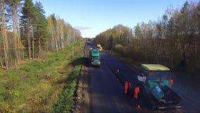 De werken aangaande reparatie van asfaltwegen stock video