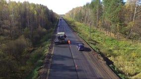 De werken aangaande reparatie van asfaltwegen stock videobeelden
