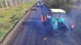 De werken aangaande reparatie van asfaltwegen stock footage