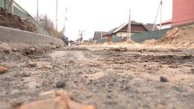 De werken in de stad van het ontmantelen en installatie van nieuwe het verwarmen pijpen onder de grond op een stadsstraat, stad stock videobeelden