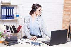 De werken van de Call centreexploitant bij de computer in het Bureau stock foto