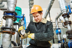 De werken van de loodgietertechnicus met waterpomp stock foto