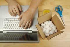 De Werken van de zakenman aangaande Laptop stock afbeeldingen