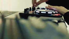 De werken van DJ aangaande de console van DJ stock video