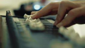 De werken van DJ aangaande het toetsenbord van DJ stock videobeelden