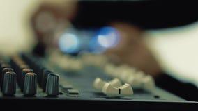 De werken van DJ achter het toetsenbord stock footage