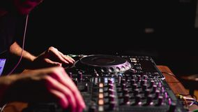 De werken van DJ bij een partij stock videobeelden