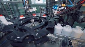 De werken van de fabrieksmachine met plastic flessen op geautomatiseerde lijn stock footage