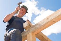 De werken van het dakwerk met hamer Stock Fotografie