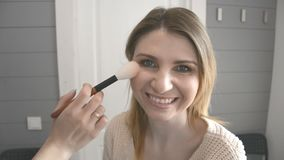 De werken van de samenstellingsvrouw met het gezicht van het model stock video