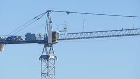 De werken van de torenkraan bij de bouw van een huis stock video