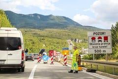 De werken van de weg Vernieuwing op weg Wegmachines bij bouwwerf Tekens en het signaleren Royalty-vrije Stock Foto