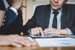 De werkende conferentie van Co, Commerci?le teamcollega's die het werk analyse bespreken met financi?le gegevens en de marketing  stock afbeelding