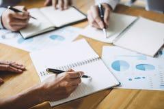 De werkende conferentie van Co, Commerci?le teamcollega's die het werk analyse bespreken met financi?le gegevens en de marketing  royalty-vrije stock foto's