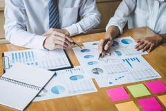 De werkende conferentie van Co, Commercieel team die huidige het bespreken het werk analyse met financiële gegevens ontmoeten en  stock afbeeldingen