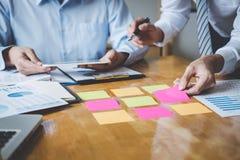De werkende conferentie van Co, Uitvoerend team de grafieken en de grafieken bespreken die in bedrijfsstrategie en financieel pla stock foto