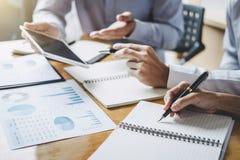 De werkende conferentie van Co, Uitvoerend team de grafieken en de grafieken bespreken die in bedrijfsstrategie en financieel pla royalty-vrije stock afbeeldingen