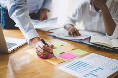 De werkende conferentie van Co, Uitvoerend team de grafieken en de grafieken bespreken die in bedrijfsstrategie en financieel pla royalty-vrije stock foto's
