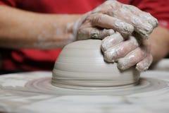 De werkende klei van de pottenbakker Stock Afbeelding