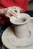 De werkende klei van de pottenbakker Stock Afbeeldingen