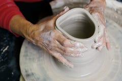 De werkende klei van de pottenbakker Royalty-vrije Stock Afbeeldingen