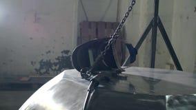 De werkende mens neemt in zijn handen een beschermend helm en een apparaat voor lassen Gebeëindigd metaalbad Het art stock footage