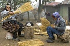 De werkende vrouwen maken bezems op traditionele manier Stock Fotografie