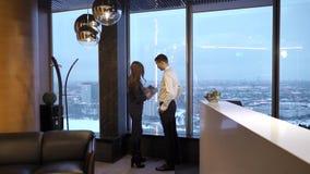 De werkgever controleert een rapport stock video