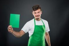 De werkgever die van de portretsupermarkt groen karton houden Royalty-vrije Stock Fotografie
