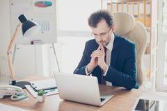 De werkgever is geconcentreerd op besluitvorming, heeft hij heel wat opties, royalty-vrije stock afbeelding