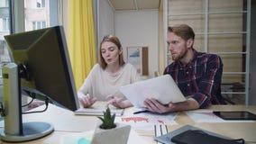 De werkgever geeft een aanwijzing van de werknemer, voert het meisje snel de taak uit stock videobeelden