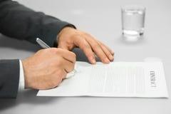 De werkgever ondertekent contract Stock Fotografie