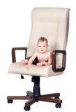 De werkgever van de baby zit als bureauvoorzitter op wit Stock Fotografie